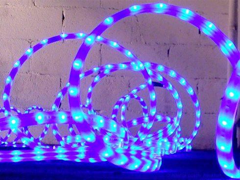 LED-Schlange vor Mauerwerk