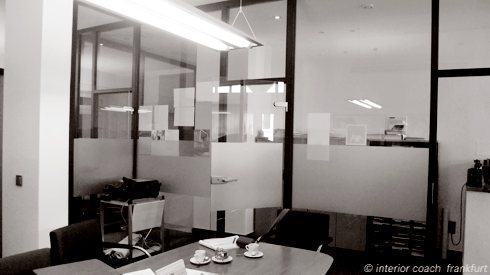 Interior Coach Frankfurt plant und baut AXA Büro um.