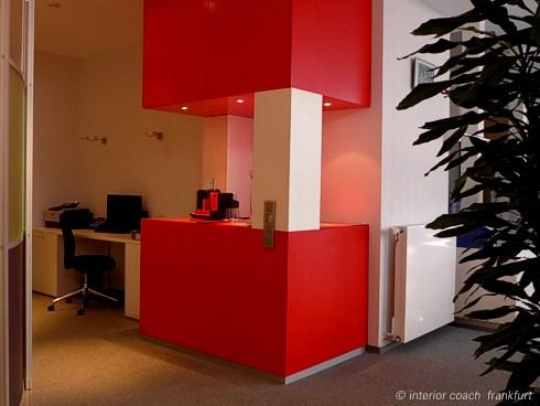 Interior Coach Frankfurt plant und baut AXA Büro um. Kaffeeküche.