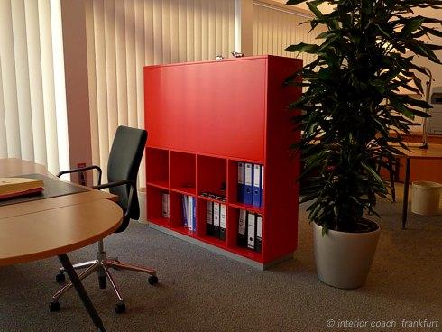 Interior Coach Frankfurt plant und baut AXA Büro um. Kombiregal