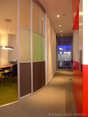 Interior Coach Frankfurt plant und baut AXA Büro um. Flur zur GF