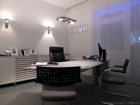 Interior Coach Frankfurt plant und baut AXA Büro um. GF Büro